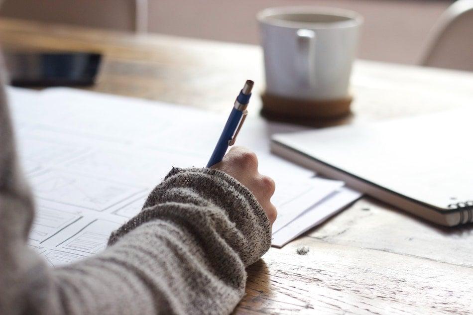 personne-qui-ecrit-recommandation-articles