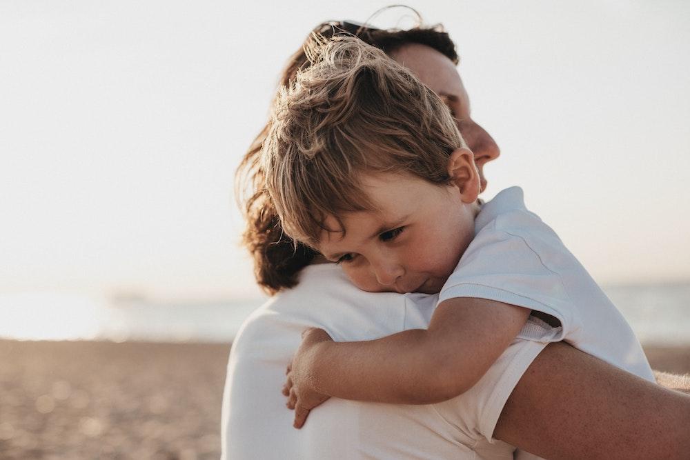 enfant-et-femme-dans-les-bras