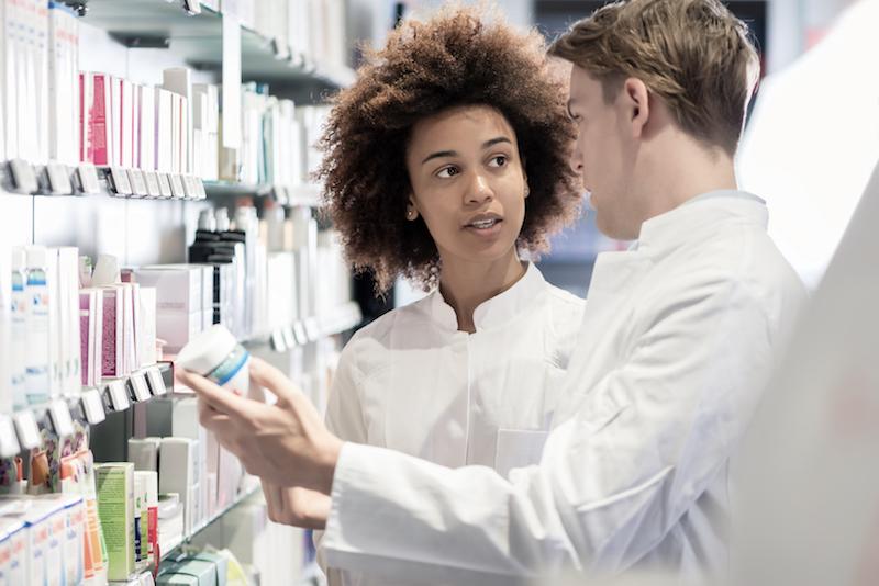 deux-preparateurs-en-pharmacie